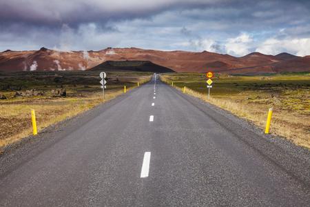 Route 1 or Ring Road (Hringvegur), a national road that runs around the island,  Krafla volcanic area, Mývatn region, Northeastern Iceland, Scandinavia Standard-Bild - 118202154