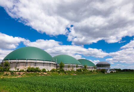 Anaerobe Fermenter oder Biogasanlage zur Erzeugung von Biogas aus landwirtschaftlichen Abfällen im ländlichen Deutschland. Modernes Konzept für die Biokraftstoffindustrie Standard-Bild