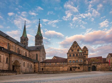 Domplatz square with Romanesque Bamberg Cathedral (Bamberger Dom St. Peter und St. Georg) and Alte Hofhaltung (Old courtyard), a former residence of the bishops now Historic museum in Bamberg Old Town, Bavaria, Germany Stok Fotoğraf