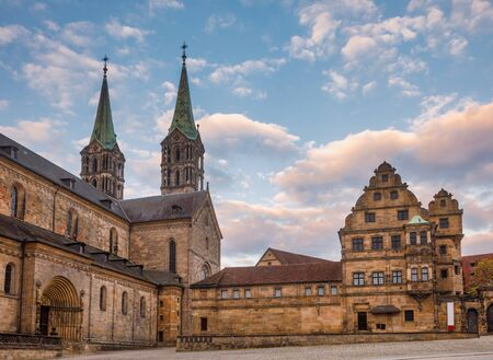 Domplatz square with Romanesque Bamberg Cathedral (Bamberger Dom St. Peter und St. Georg) and Alte Hofhaltung (Old courtyard), a former residence of the bishops now Historic museum in Bamberg Old Town, Bavaria, Germany, Stok Fotoğraf