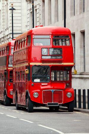 Ikonische rote AEC Routemaster Doppeldeckerbusse geparkt auf einer Straße in Central London UK Standard-Bild
