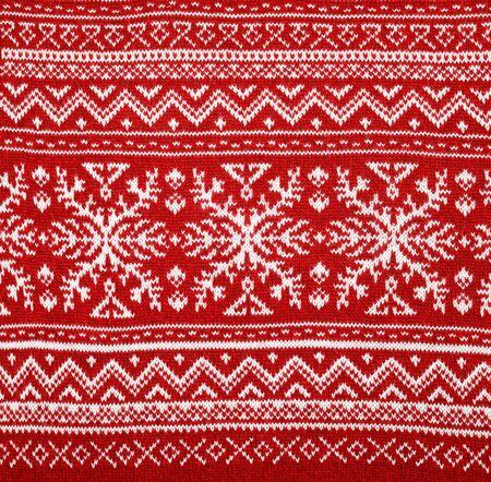Roter Strickstoff mit weißen skandinavischen geometrischen Ornamenten