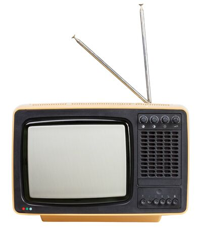 Gelber Vintage tragbarer CRT-TV-Empfänger mit Antennen auf weißem Hintergrund. Retro-Technologiekonzept