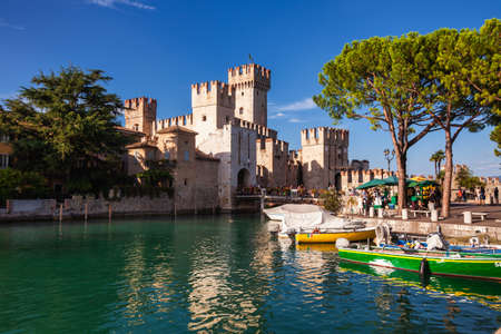 Sirmione, Italy - Aug 7, 2016: Entrance to Scaligero Castle, one of Italy's best preserved castles and most visited tourist attractions in Italy 新聞圖片