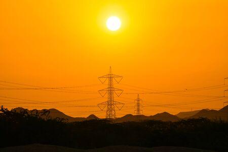 Coucher de soleil vu, silhouette de la montagne et de la tour électrique