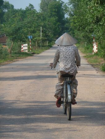 non la: Vietnamese biking