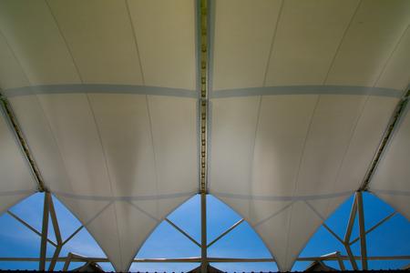 天窓が付いている生地引張り屋根構造 写真素材