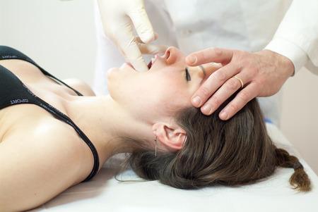 techniek: vestibulair techniek van osteopathie op een vrouw