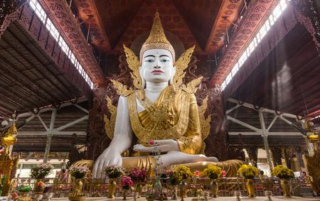 """Nga Htat Gyi Pagoda는 """"5 층 부처""""로도 알려져 있으며 미얀마 양곤의 Chauk Htat Gyi Buddha 이미지에 있습니다. 에디토리얼"""