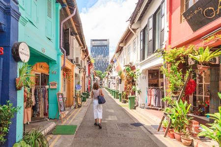싱가포르 -5 월 16,2016 : 패션 숍 Haji 레인에 있습니다. 상점가, 카페 및 레스토랑으로 유명한 싱가포르의 Singapores Kampong Glam Arab Quarter 중심부의 쇼핑 거리입니다. 스톡 콘텐츠 - 60518117