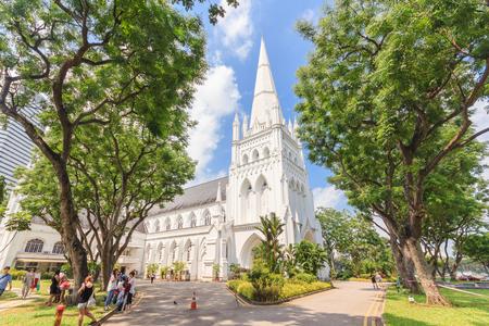 싱가포르 - 2016 년 5 월 15 일 : 싱가포르에서 세인트 앤드류 성당 대성당의 하루 현장. 세인트 앤드류 성당은 싱가포르에서 유명한 관광 명소 중 하나입