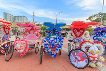 rikscha: MALACCA, MALAYSIA - 12. AUGUST 2016: Das verzierte trishaw Parken in einem Famosa-Schloss in Malacca, in den Touristen und in den lokalen Leuten kann um das Famosa-Schloss in Malacca gesehen werden