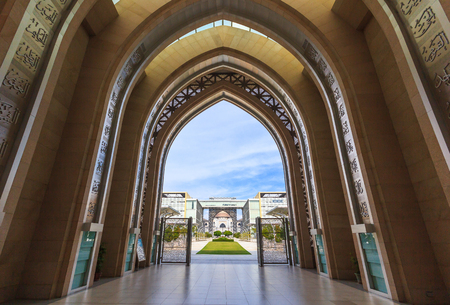 PUTRAJAYA, 말레이시아 - 우리 모두의 -2006 년 8 월 15 일 : 성원 투만 Mizan Zainal Abidin 모스크의 입구는 putrajaya, 말레이시아에서 정의의 궁전을 볼 수 있습니