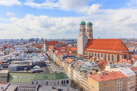 Veduta aerea della città vecchia di Monaco di Baviera Germania intorno a Marienplatz e Frauenkirche dalla chiesa di San Pietro. Monaco, Germania Archivio Fotografico - 65699707