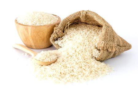흰 쌀 그릇과 가방 및 흰색 배경에 나무로되는 숟가락, 상위 뷰 복사 공간