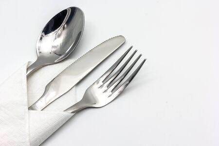 servilleta de papel: Cuchillo, tenedor y cuchara con la servilleta, aislado en el fondo blanco con copia espacio para el texto. Foto de archivo