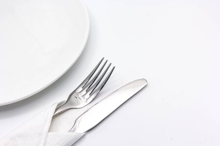 servilleta de papel: Cuchillo y tenedor con la servilleta, aislado en el fondo blanco con copia espacio para el texto.