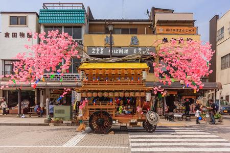 木製の花防戦が派手な日本の衣装、ニッコー、日本で春のシーズンを迎えるに日光のダウンタウンの周りを散歩をされている日興、日本 - 2014 年 4 月 報道画像