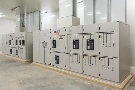 새 공장 공장에서 전기 제어 캐비닛 변전소.