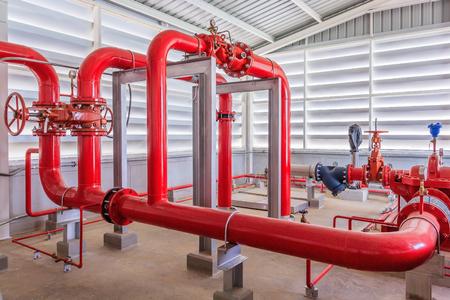 물 스프링 클러 배관 및 화재 경보 제어 시스템 용 산업용 소방 펌프 스테이션. 파이프 라인, 물 펌프, 밸브, 압력계.