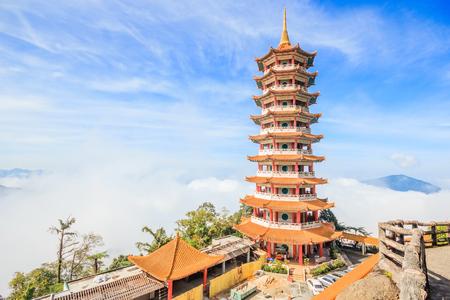 Chin Swee Temple, Genting Highland의 탑은 쿠알라 룸푸르 근처의 유명한 관광 명소입니다. 이 사진을 촬영하는 동안 안개가 두껍고 온도가 너무 낮습니다. 스톡 콘텐츠