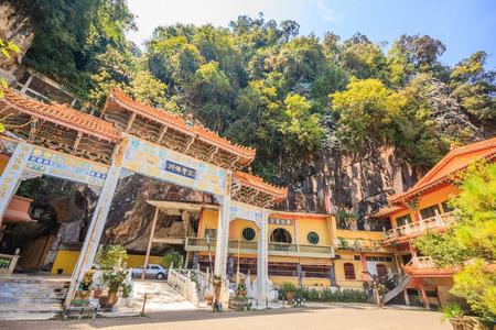 IPOH, PERAK, MALESIA - 14 APRILE 2017: Vista dell'entrata del tempio di Sam Poh Tong che è situato a Gunung Rapat nel sud di Ipoh. Archivio Fotografico - 76814111