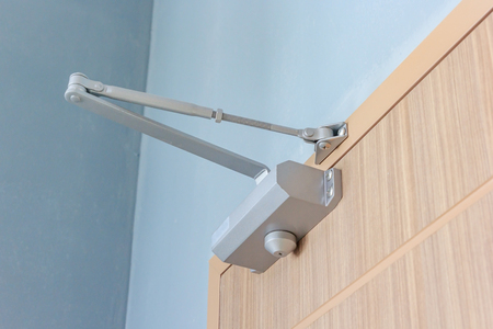 Automatic hydraulic device, leaver hinge door closer holder, detail Foto de archivo