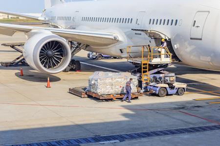 항공화물 플랫폼을 항공기에 적재 스톡 콘텐츠