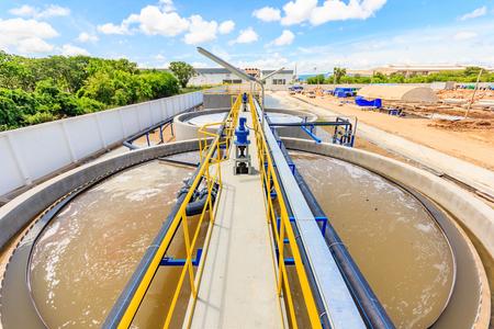 El tanque de clarificación de contacto sólido tipo de proceso de recirculación de lodos en la planta de tratamiento de agua, moderna planta de tratamiento de aguas residuales urbanas. Foto de archivo