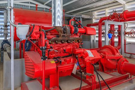 Station de pompage industrielle pour la tuyauterie de gicleurs d'eau et le système de contrôle d'alarme d'incendie. Pipelines, pompe à eau, vannes, manomètres. Banque d'images - 80757102