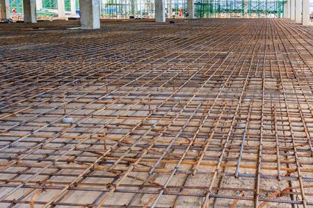 Wapening metalen kader voor concrete gieten. Klaar voor het vullen met beton. Stockfoto - 80757174