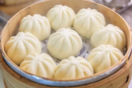 Chinese dumplings (gestoomde spullen broodje) wordt gestoomd op de traditionele bamboe pan Stockfoto