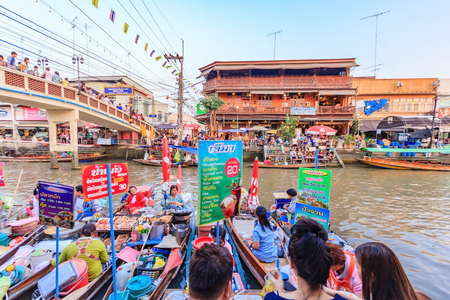 saduak: SAMUT SONGKHRAM, THAILAND - JANUARY 25, 2015: Traders boats in Amphawa floating Market, 110 km from Bangkok, most famous floating market and cultural tourist destination in Amphawa, Thailand.