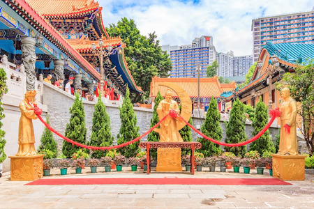 HONG KONG, CHINA - JULY 21, 2013: Statue of Yue Lao, or old man under the moon, chinese god of marriage at Sik Sik Yuen Wong Tai Sin Taoist Temple in Kowloon, Hong Kong. Редакционное