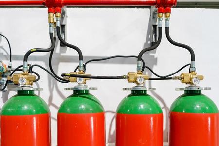 Sistema antincendio di un estintore a gas. un primo piano del sistema antincendio in un edificio per uffici Archivio Fotografico - 85347924
