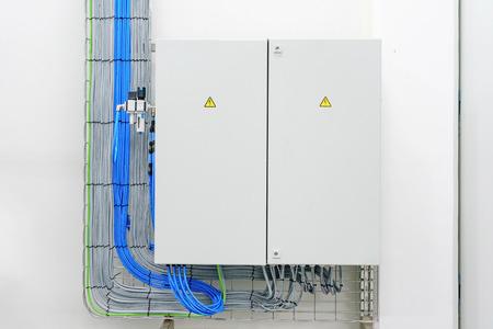 elektriciteitsdoos met draden en stroomonderbrekers (zekeringkast)