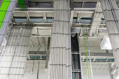 Una bandeja de cable de telecomunicaciones en un edificio industrial Foto de archivo