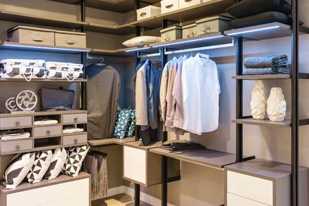 클로 젯 디자인 인테리어 도보로 레일에 매달려 옷과 현대 목조 옷장