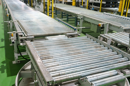 Crossing of the roller conveyor, Production line conveyor roller transportation objects. Imagens