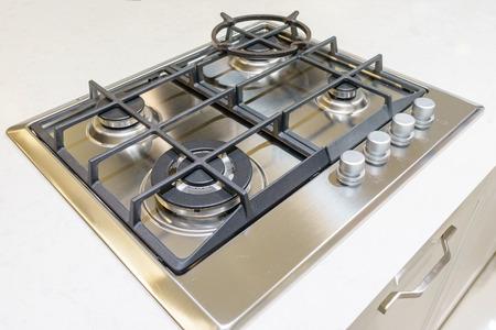 cerca de la estufa de gas de cocina en la cocina