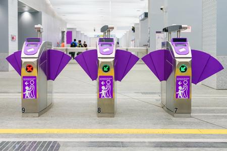 Automatische toegangscontrole kaartbarrières in het metrostation. Mening van barrièrepoort vóór toegang binnen aan metropost. Automatische ticketbarrières bij de ingang van de metro voor trein, trein, metro Stockfoto
