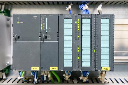 Controlador lógico programable del PLC, esta imagen muestra la conexión del zócalo de comunicación del cableado duro