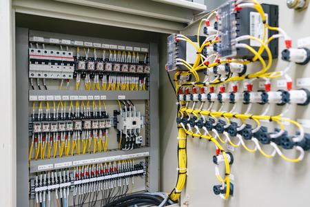 Elektrische schakelkastbehuizing voor stroomvoorziening en distributie van elektriciteit. Ononderbroken, elektrische spanning.