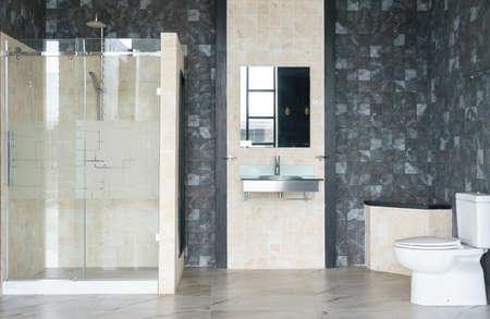 흰색 벽과 함께 넓고 밝은 현대적인 욕실 인테리어, 유리 벽이있는 샤워 캐빈, 화장실 및 수도꼭지 싱크대