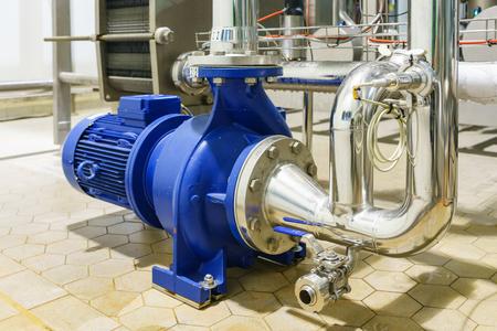 Bomba centrífuga y línea de motor con bastidor de tuberías en la planta de construcción de obras industriales, agua desmineralizada