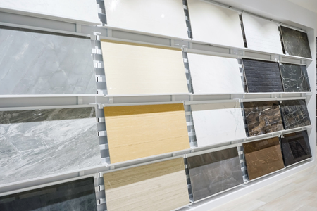 Colorful samples of a stone tile in store. Marble and granite flooring a most popular choice for modern kitchens and bathrooms. Banque d'images - 95147913