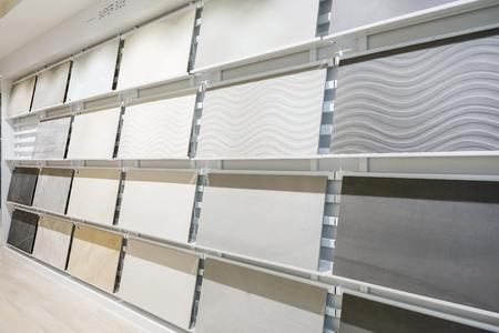 Muestras coloridas de un azulejo de piedra en la tienda. Los pisos de mármol y granito son la opción más popular para cocinas y baños modernos. Foto de archivo