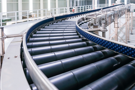 Crossing of the roller conveyor, Production line conveyor roller transportation objects. Stockfoto