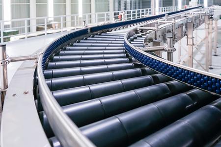 Skrzyżowanie przenośnika rolkowego, Linie produkcyjne przenośnika rolkowego transportujące obiekty.