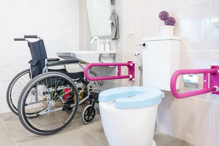 Toilette per anziani e disabili, dotata di maniglia bilaterale per il sostegno del corpo e protezione antiscivolo. Toilette pubblica di sicurezza.